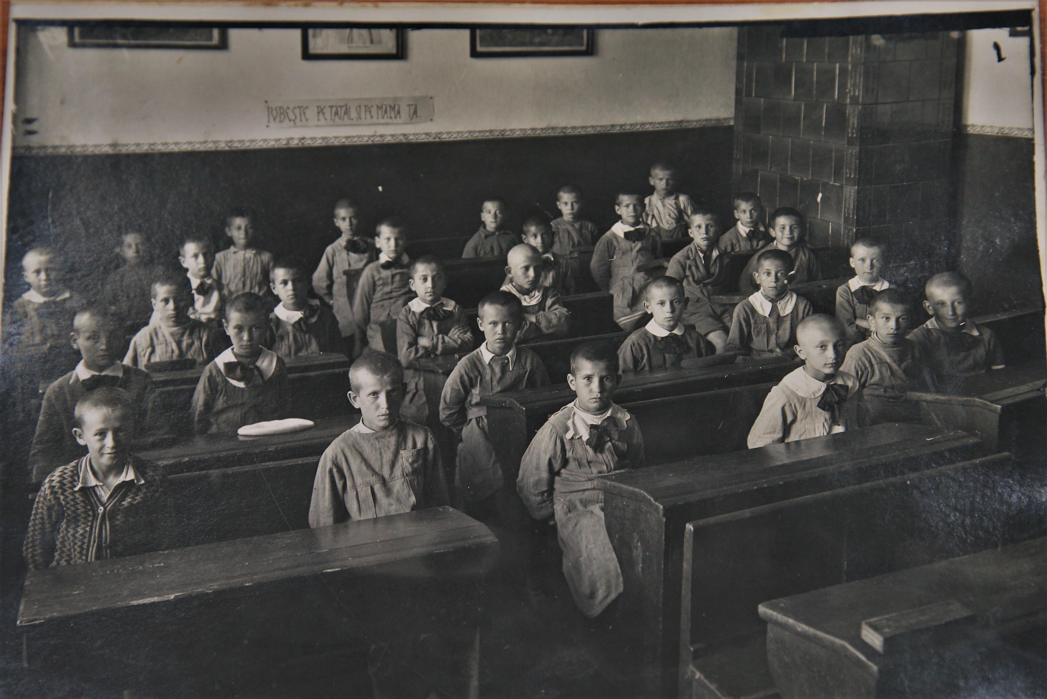 Copii în bănci, la 1900