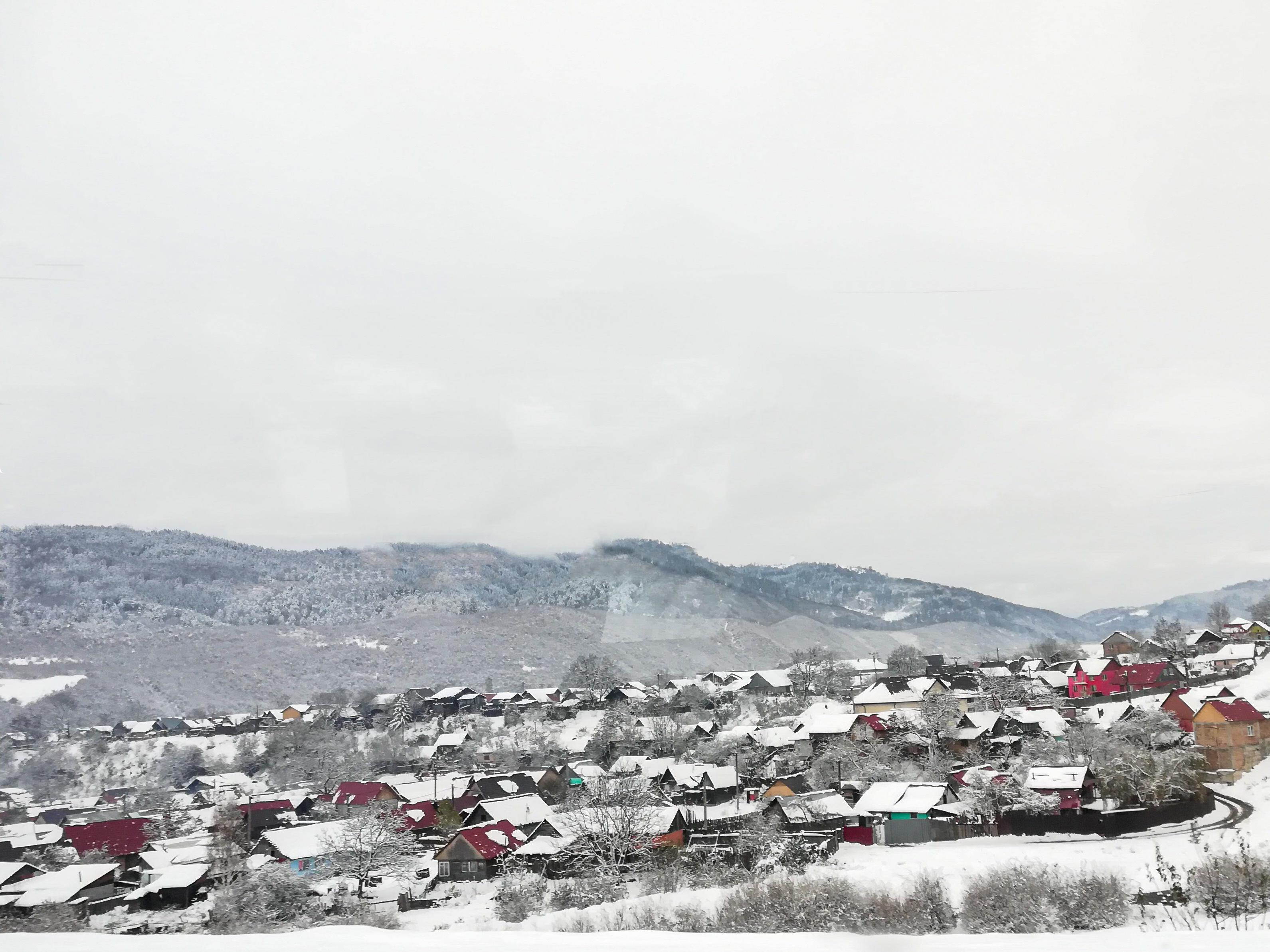 Peisaj de iarnă în Gârcini, Brașov, localitatea unde predă Florentina Tituleac