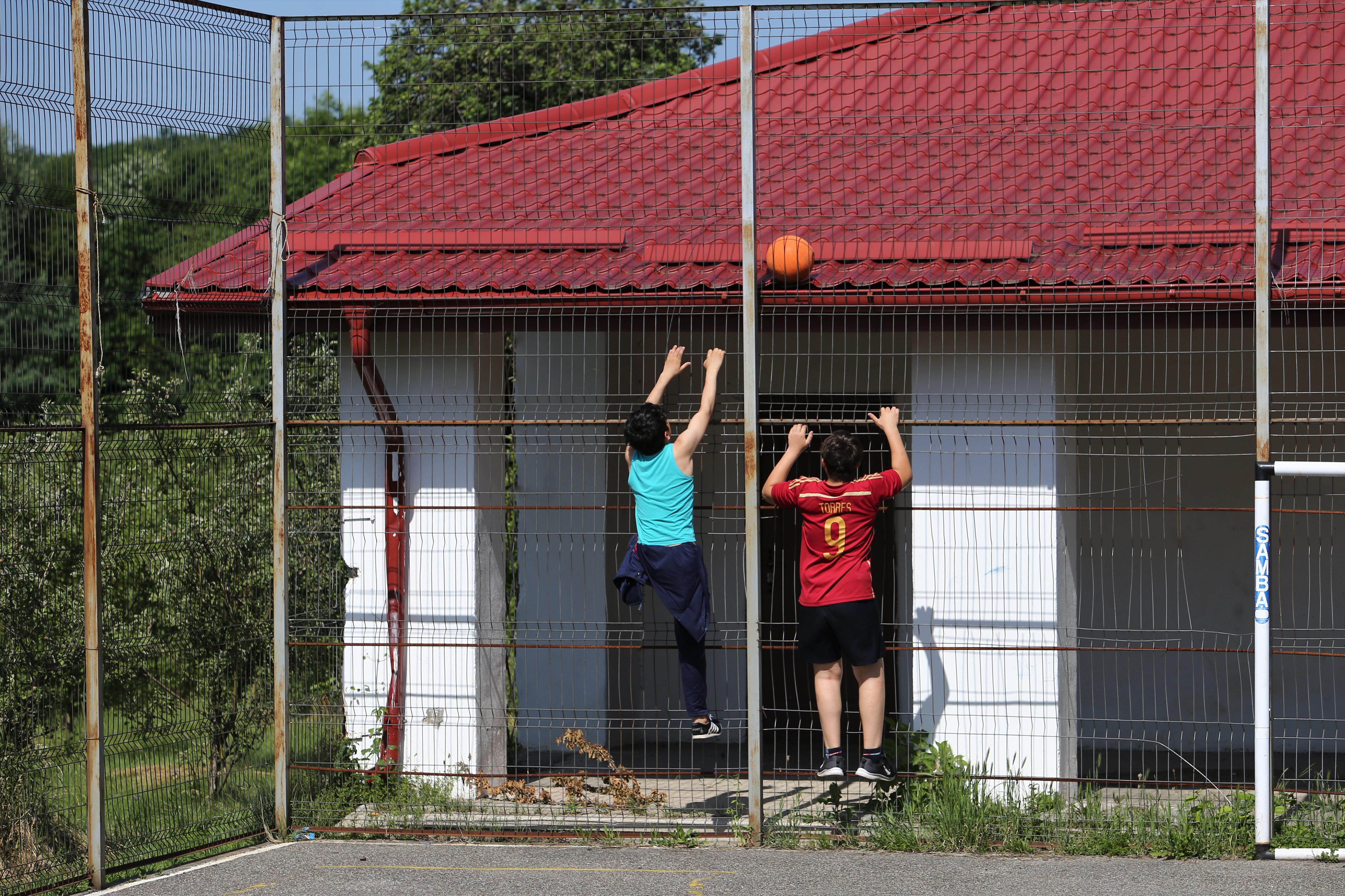 Copii urcați pe gard