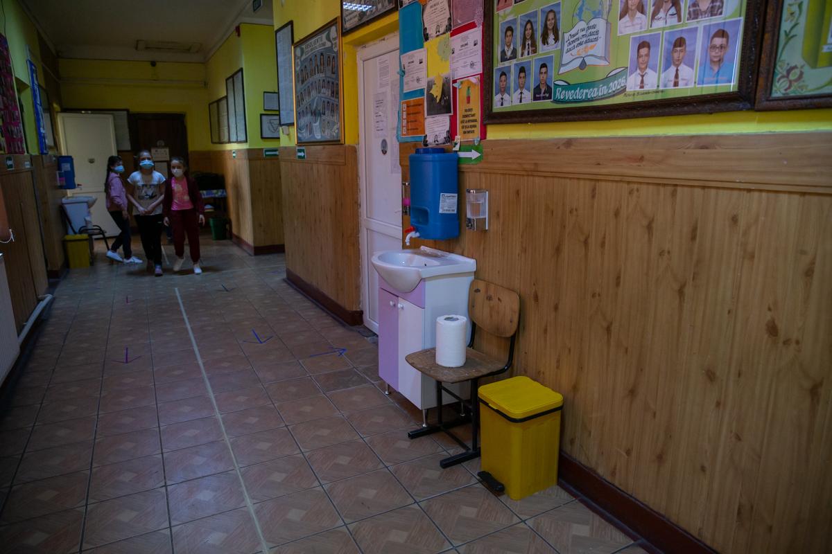 Chiuvetă improvizată pe holul școlii