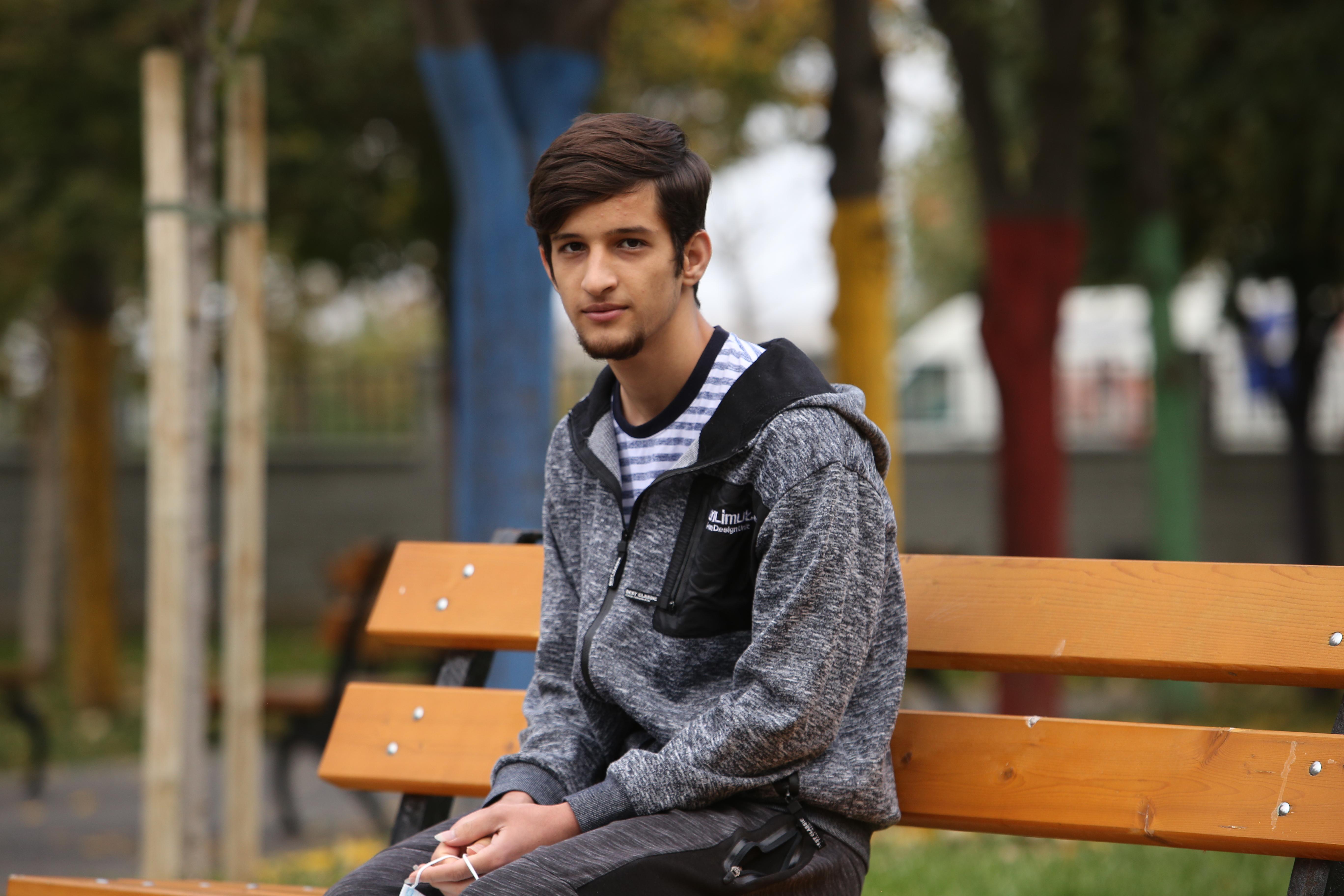 Hassan pe o bancă în parc