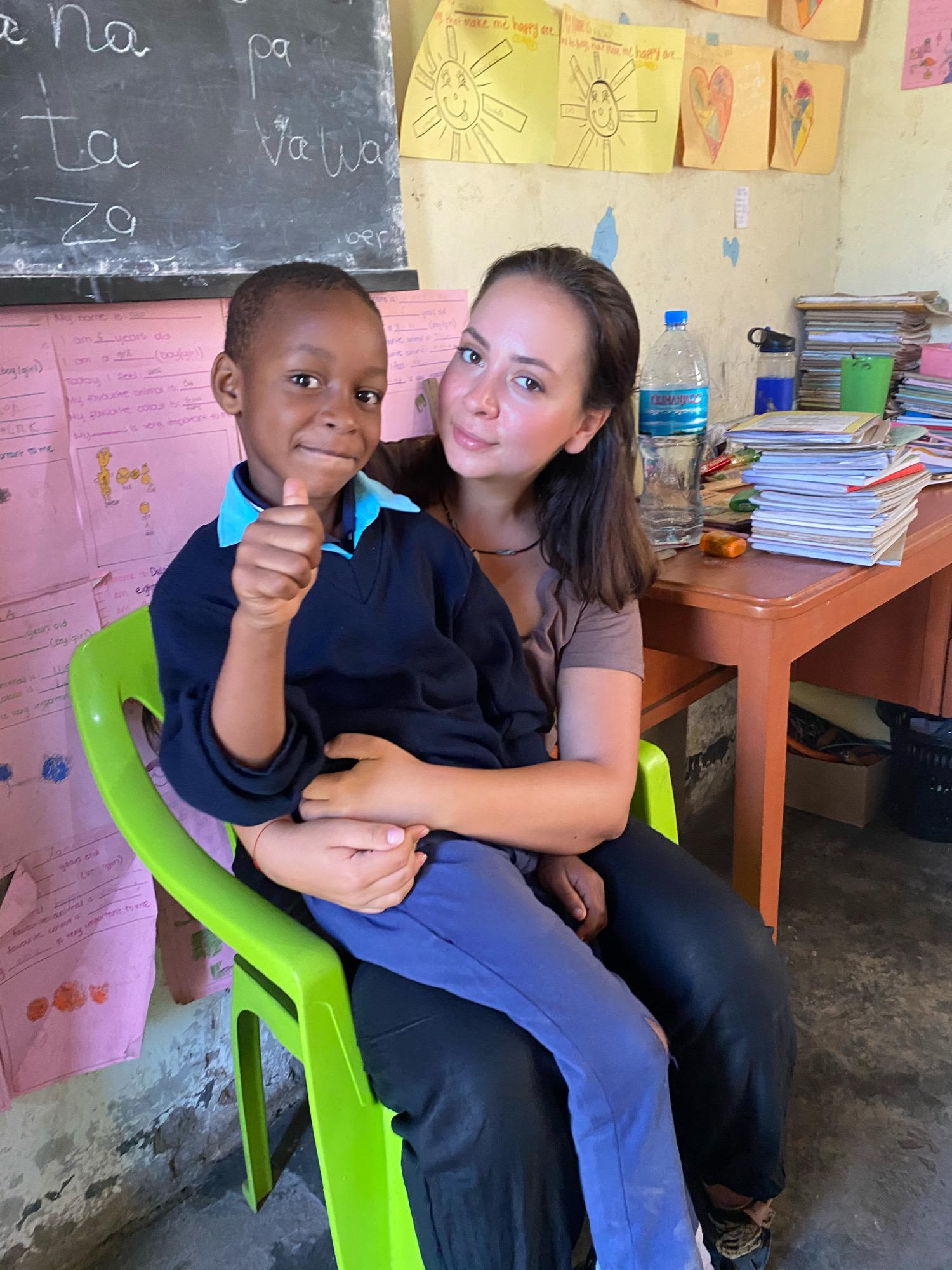 Raluca cu unul dintre copiii de la grădiniță în brațe