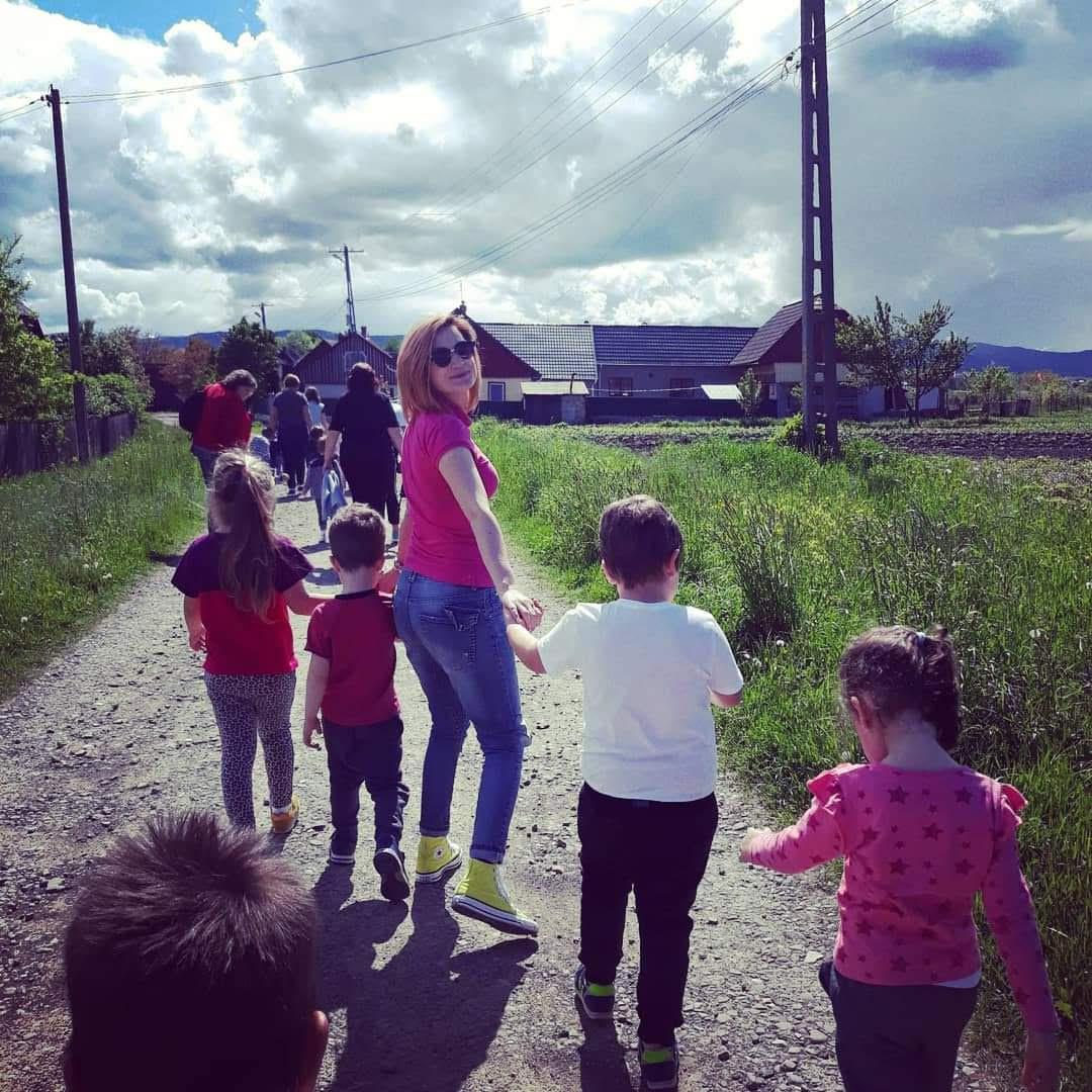 Ema Tănase cu câțiva copii de mână în excursie