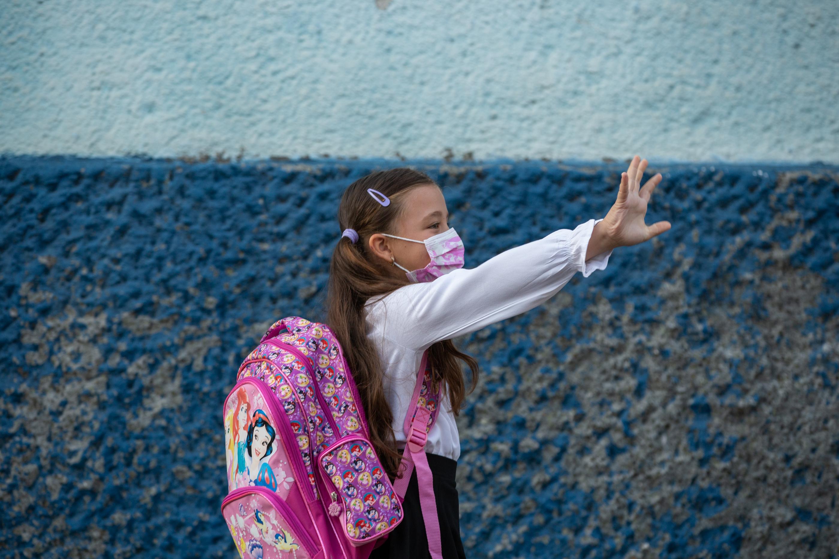 Fetiță cu mască, în prima zi de școală