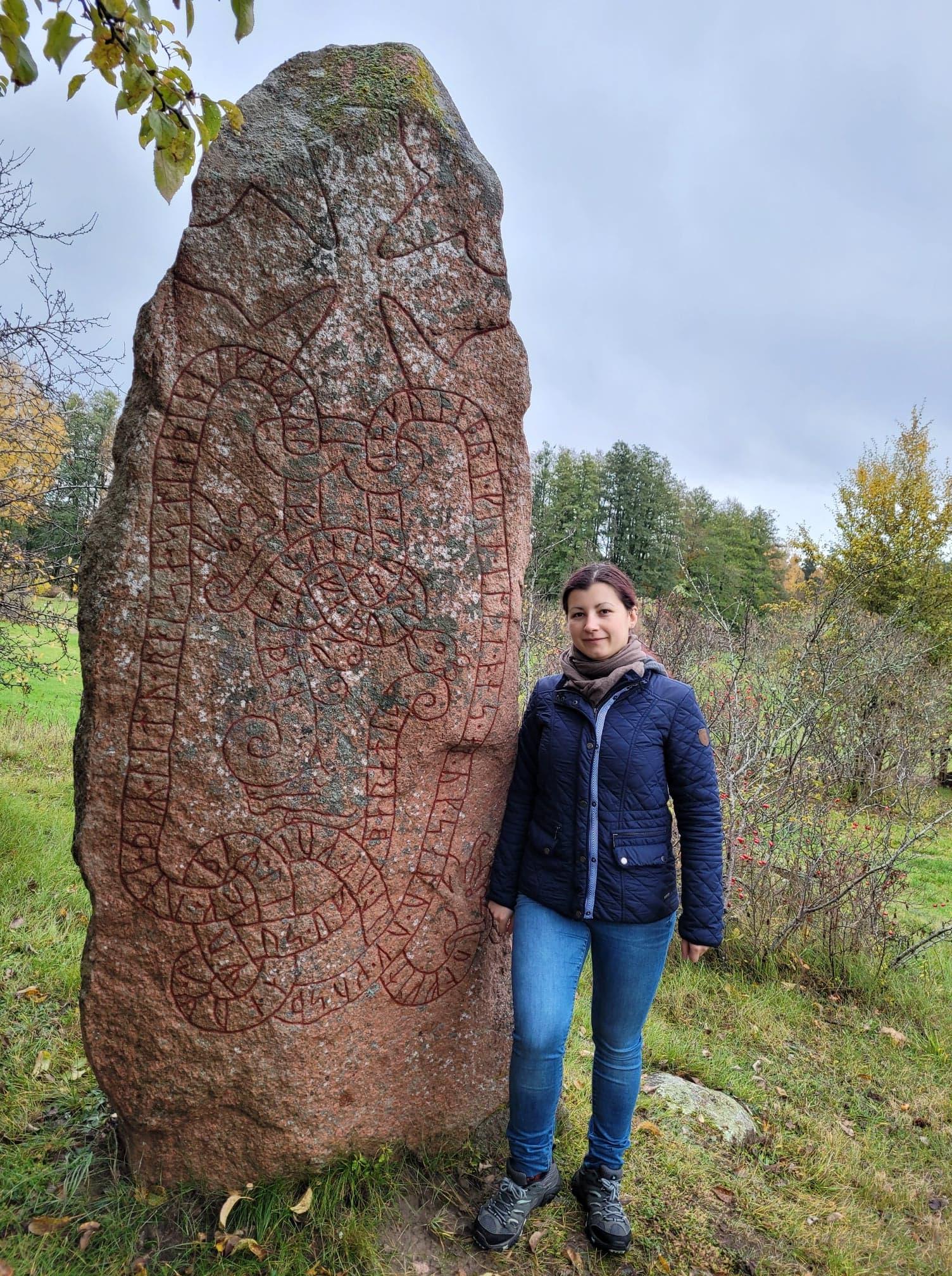 Andreea lângă un monument