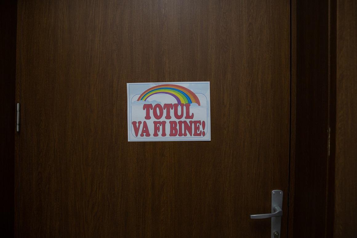 """""""Totul va fi bine"""", pe ușa unei clase, într-o școală din București"""