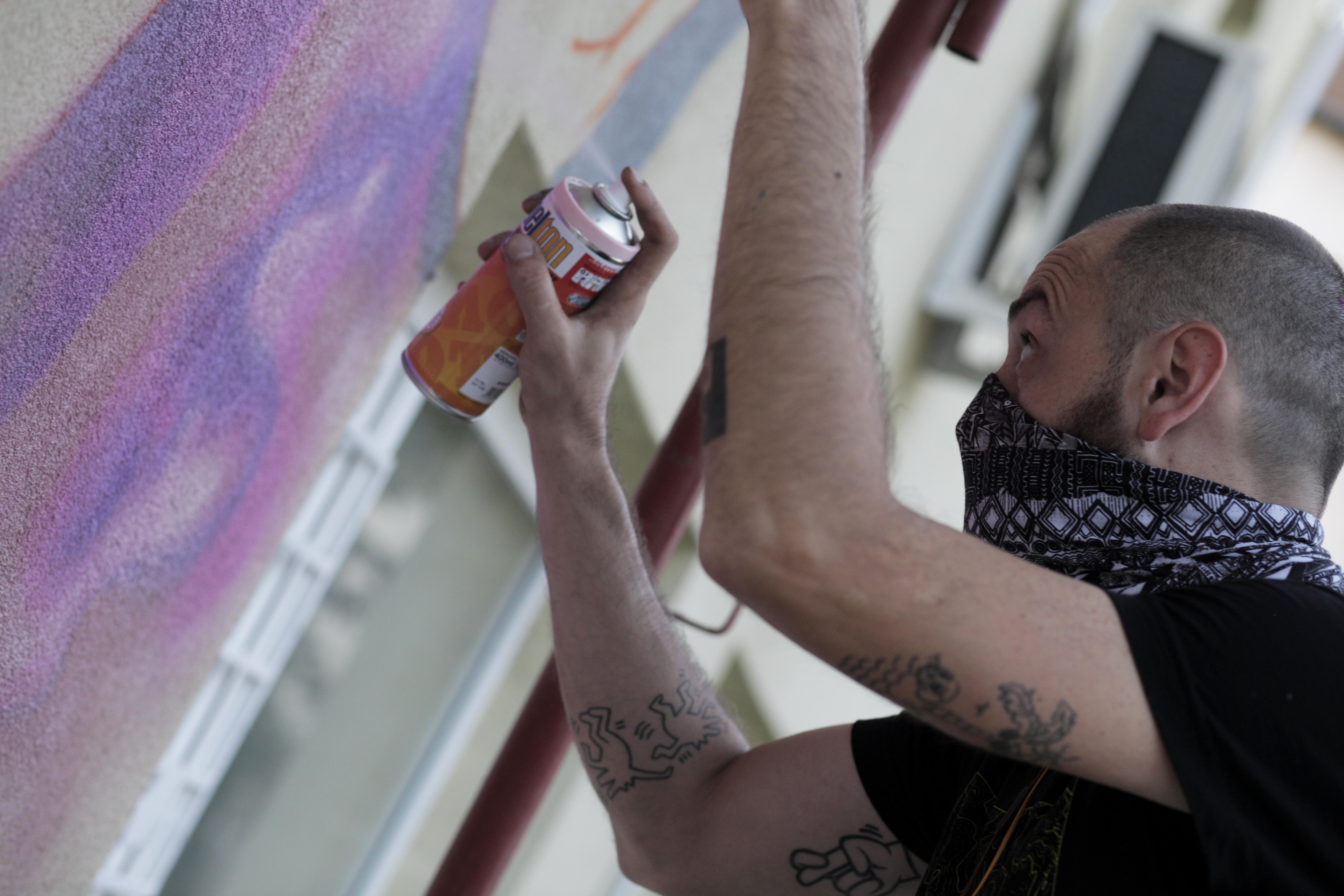 LUX pictând pereții școlii