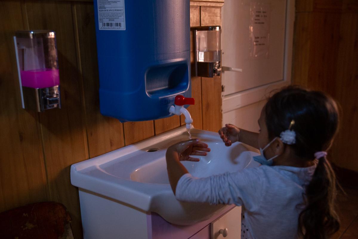 Copil care se spală pe mâini
