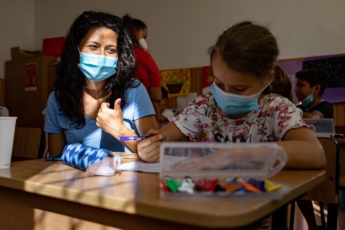 Cristina Tănase, asistent social Salvați Copiii (stânga)