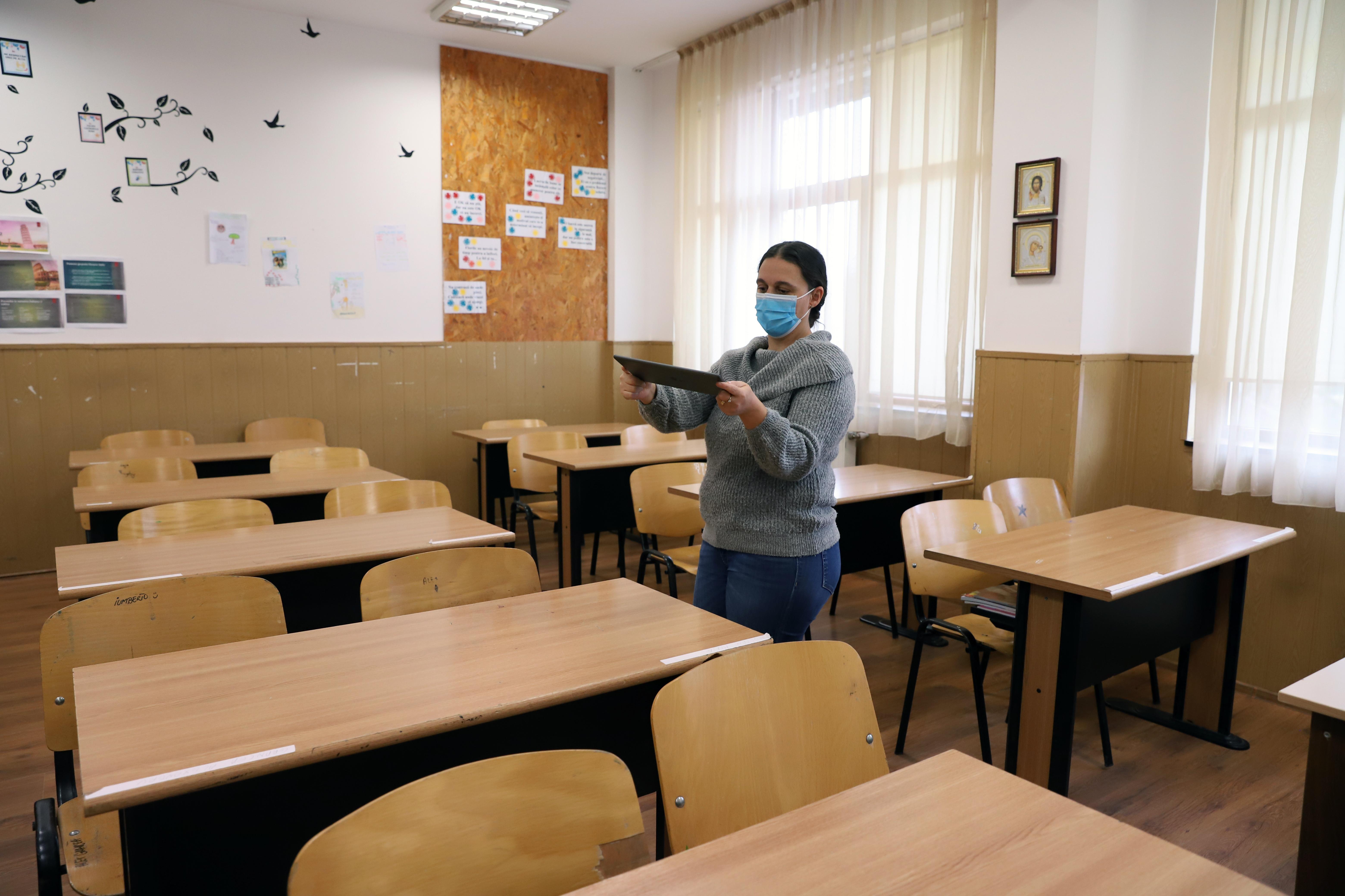 Mihaela Bucșa face un tur virtual, cu tableta în mână, pentru elevii ei