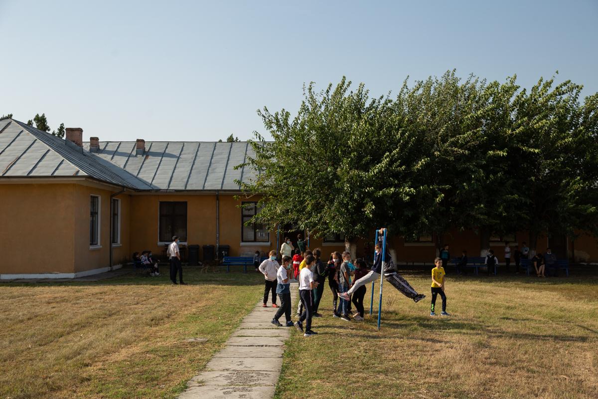 Copii care se joacă în curtea școlii