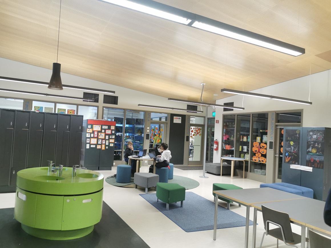Pe holurile școlii lui Iris s-au instalat chiuvete