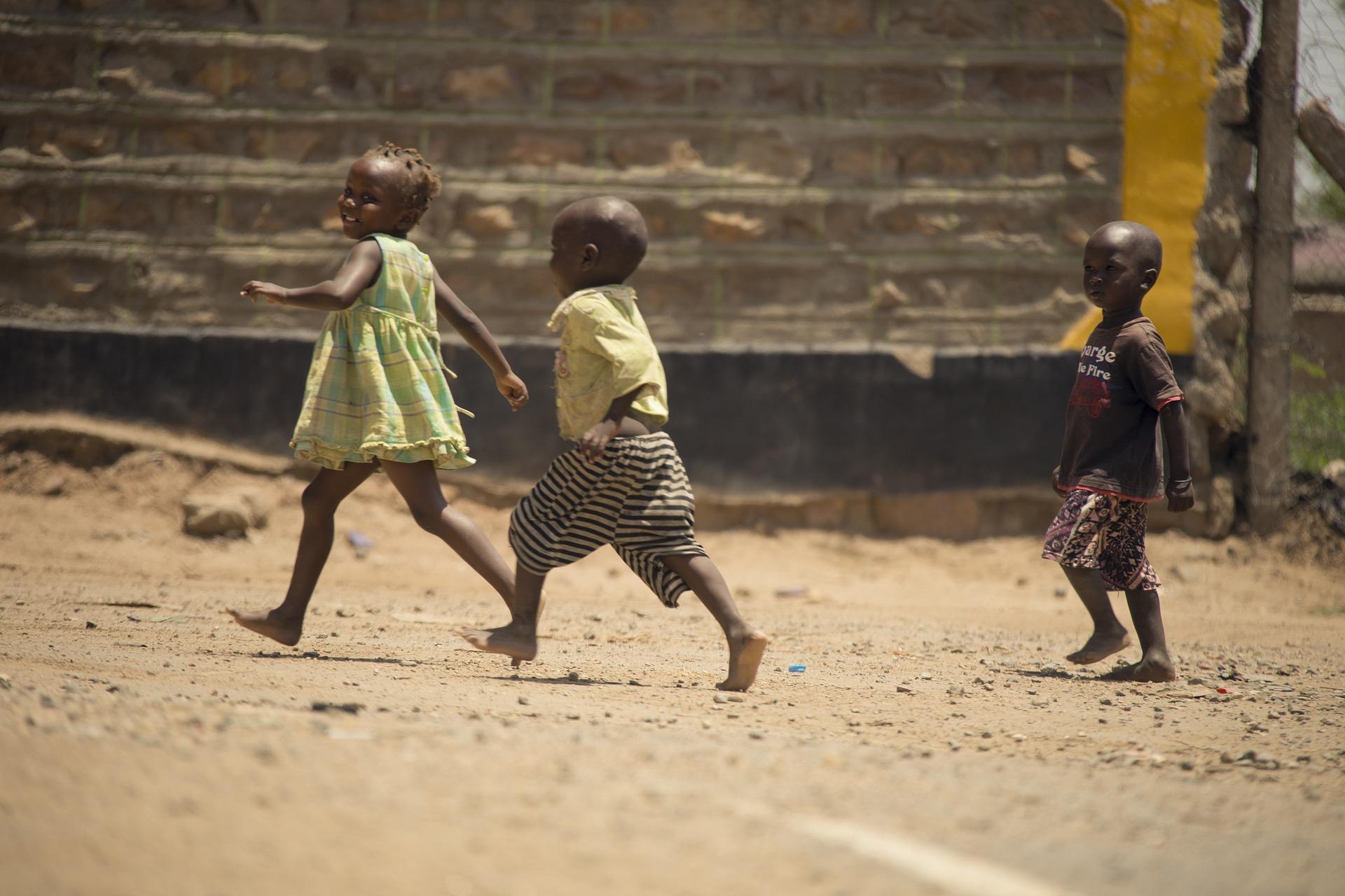 Copiii Africii fac școală la televizor sau radio