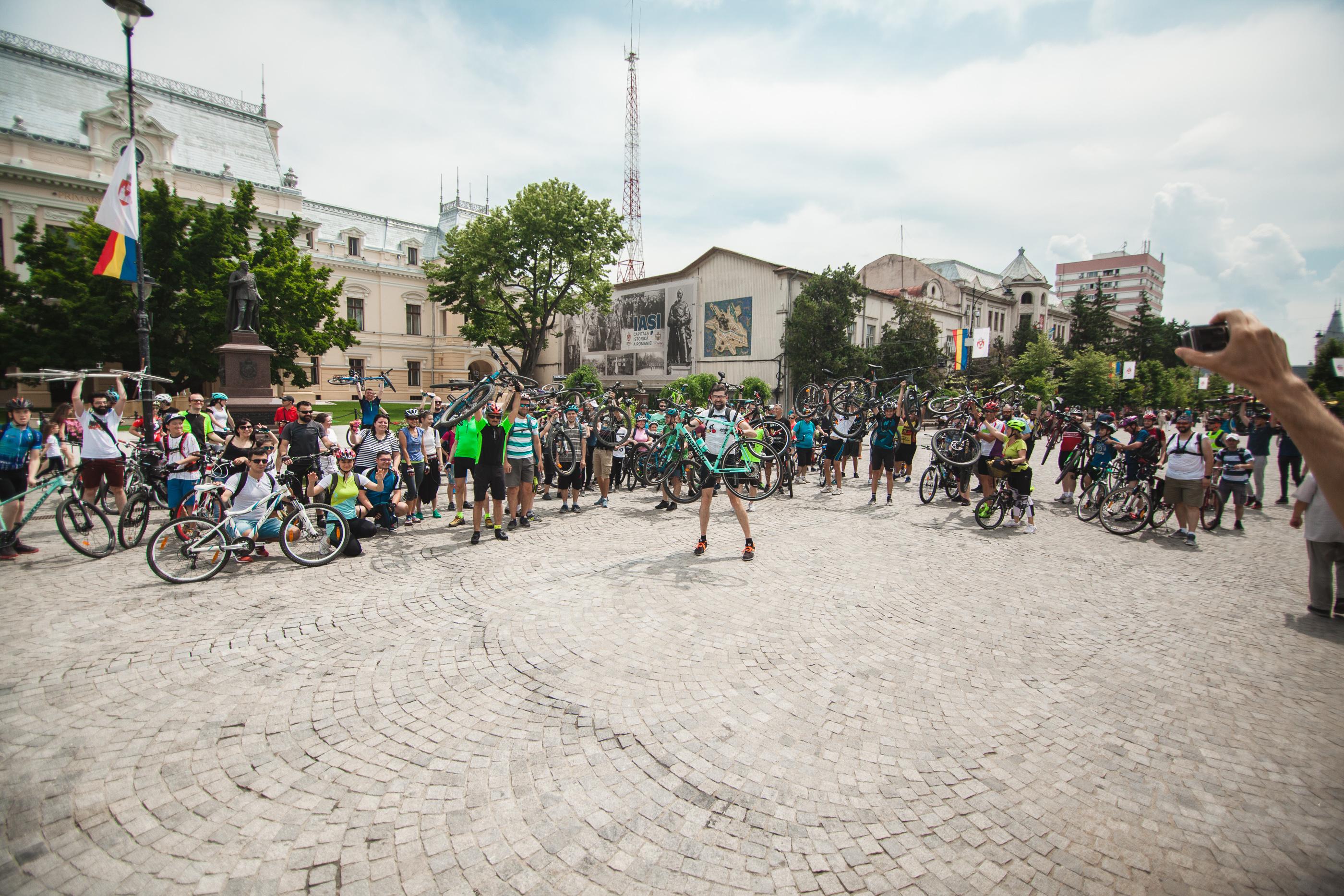 Multi oameni cu biciclete