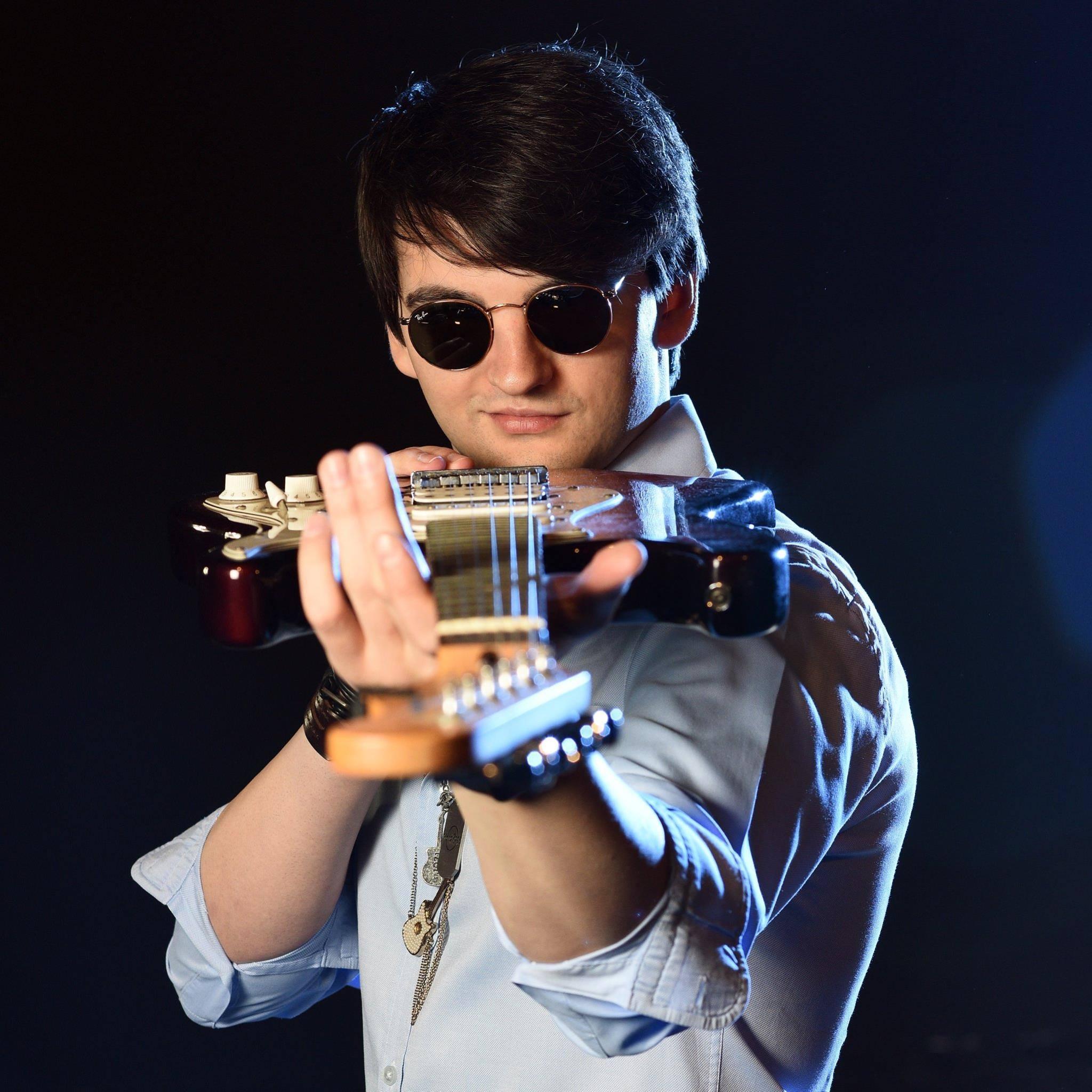 Cornel Amariei, cu o chitară în mână