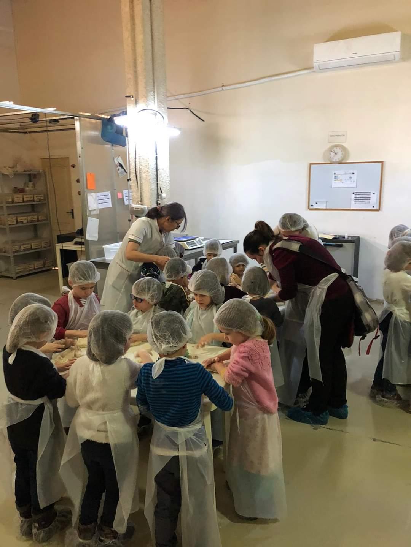 Copii de grădiniță gătind