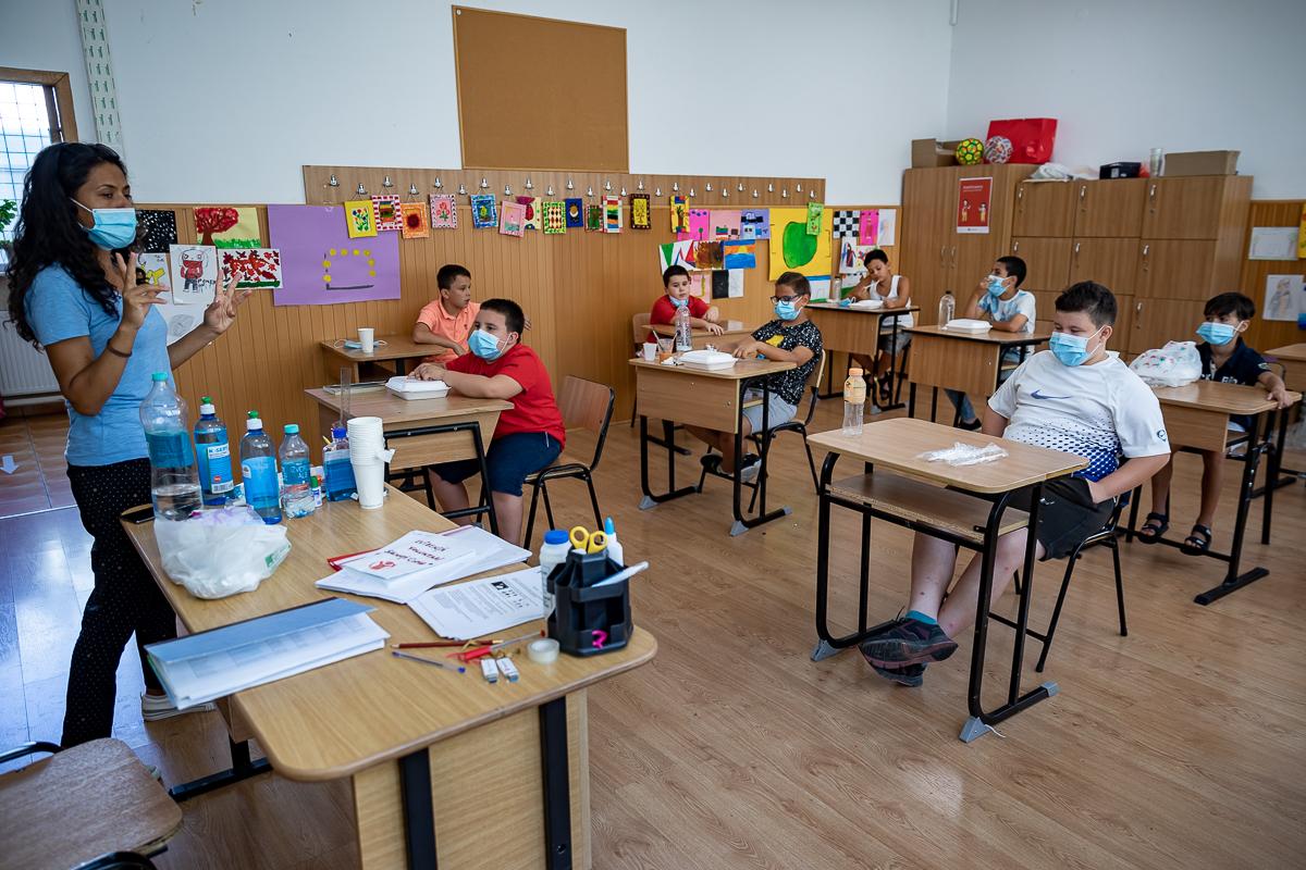 Cristina Tănase, asistent social, le reamintește copiilor ultimele detalii legate de serbare.