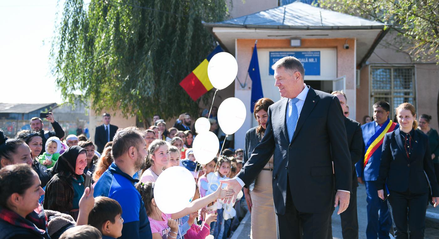 Klaus Iohannis, în vizită la școala din Gălbinași