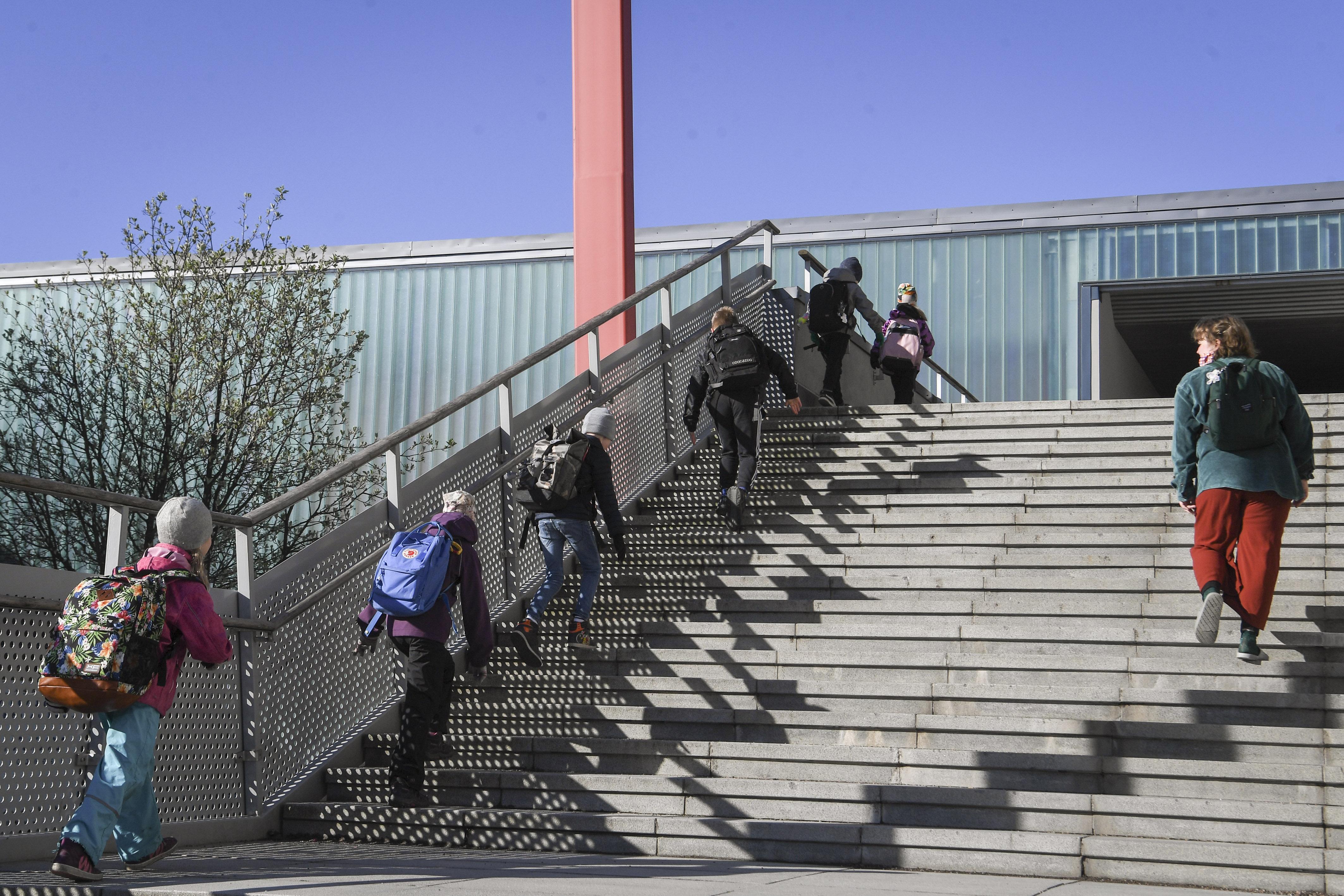 Copii finlandezi care urcă scările