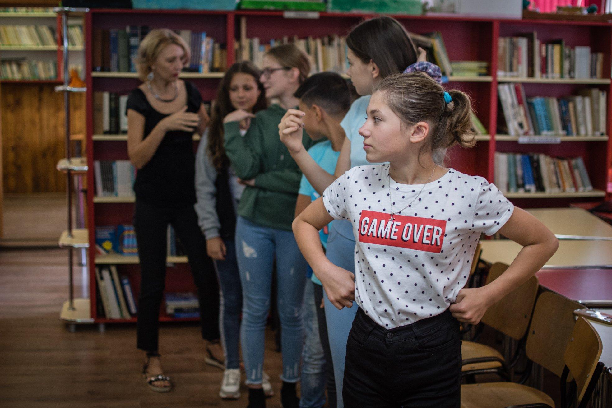Alina Mirt îi învață pe copii regulile unui joc