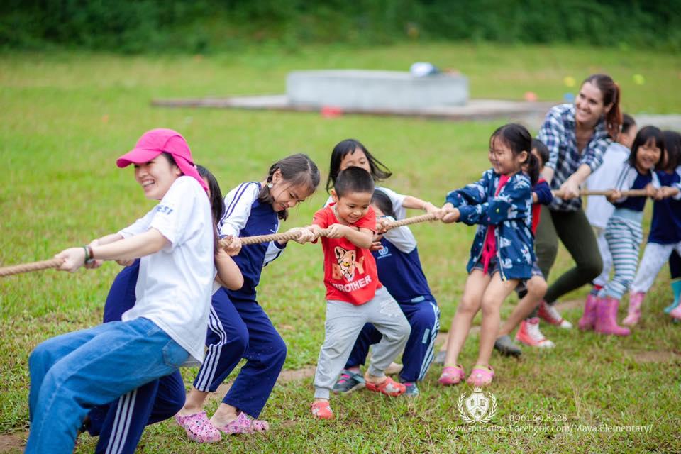 Copii și educatori trăgând de o sfoară