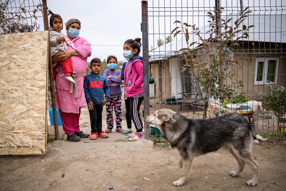 Copii și părinți în poarta casei