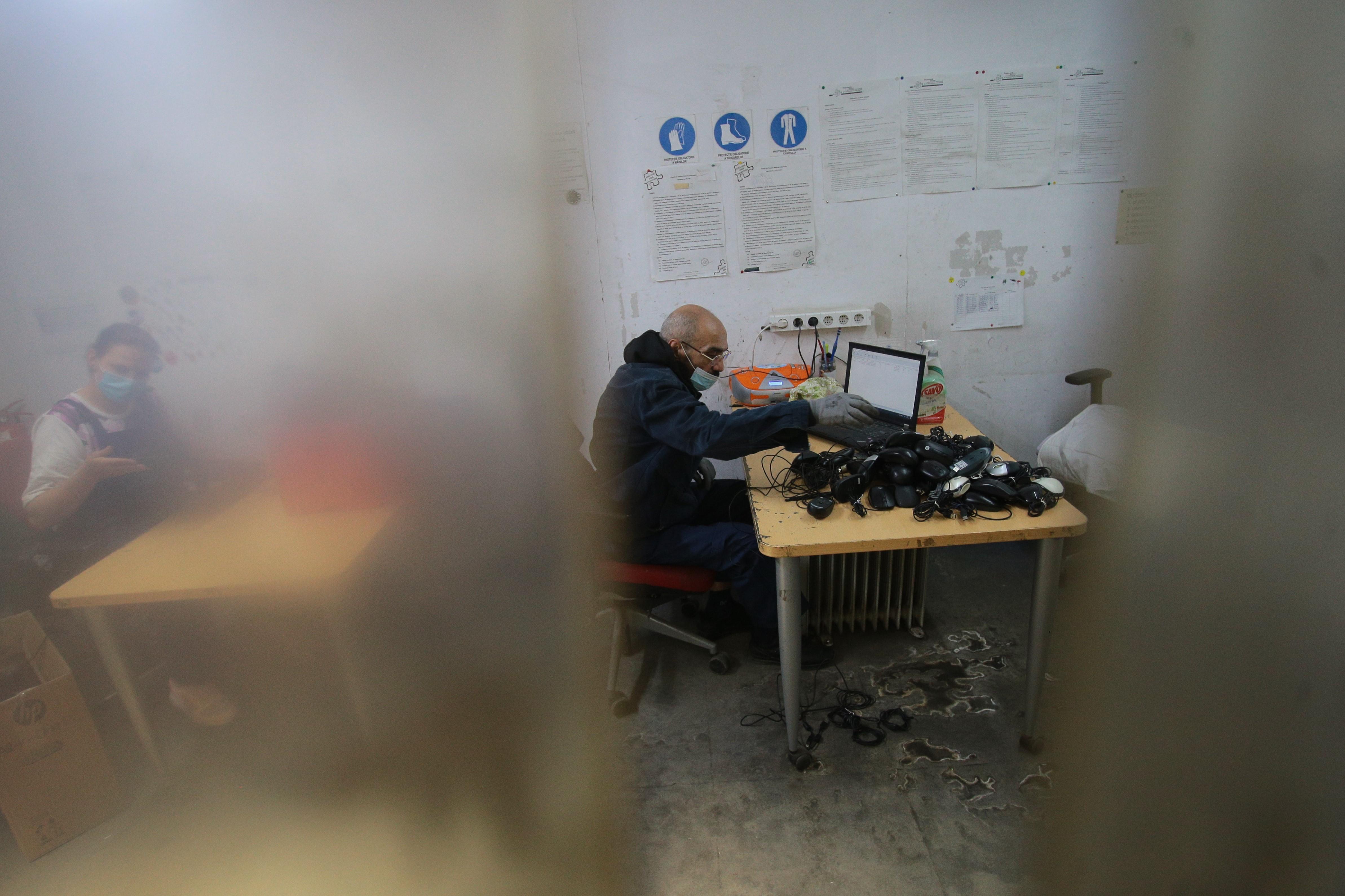 Angajat al Ateliere fără frontinere curățând un calculator