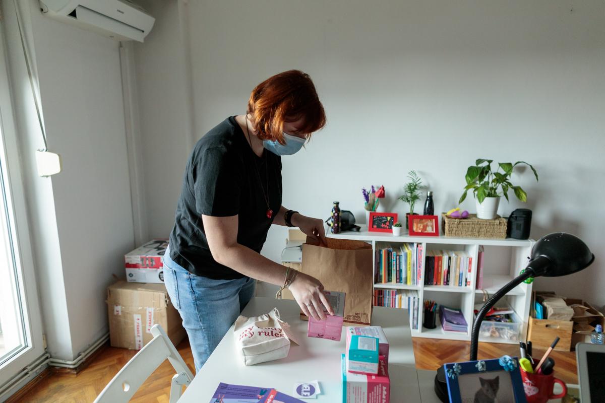 Ioana Ciuhan pregătind un pachet cu produse menstruale