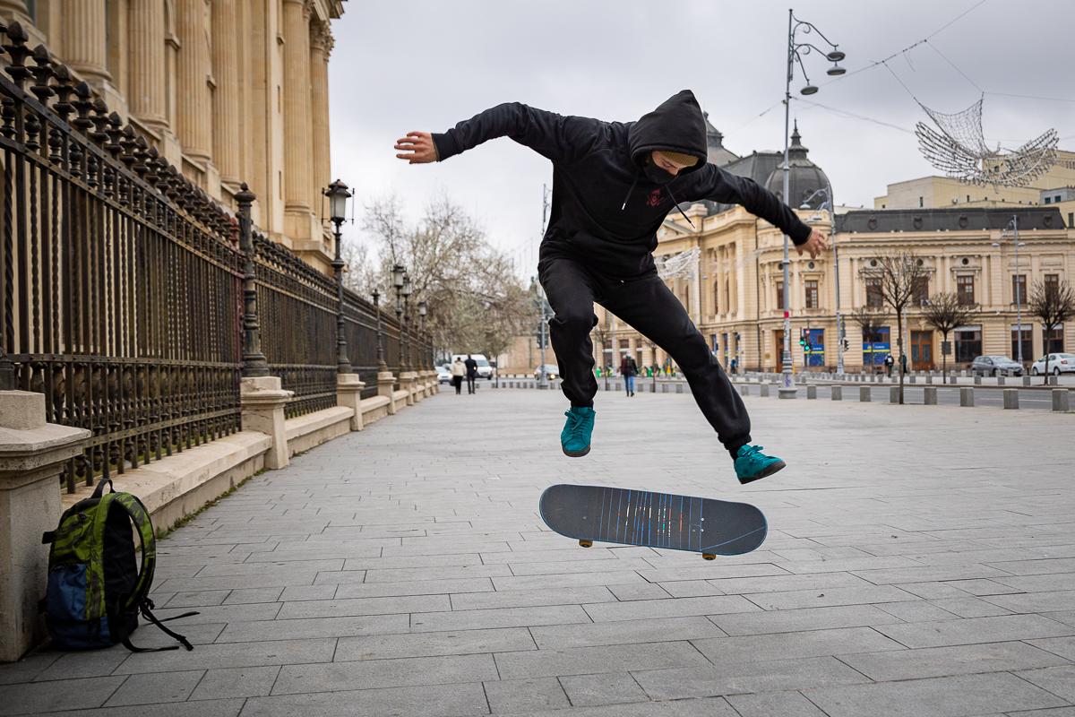 Skater care își face trick-urile