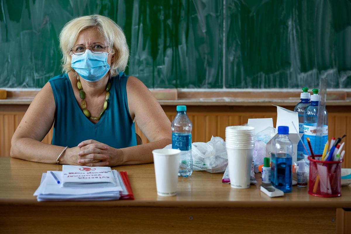 Învățătoarea Claudia Băcănașu la catedră în vreme de COVID -19.