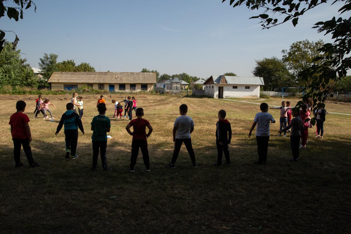 Copii în curtea școlii