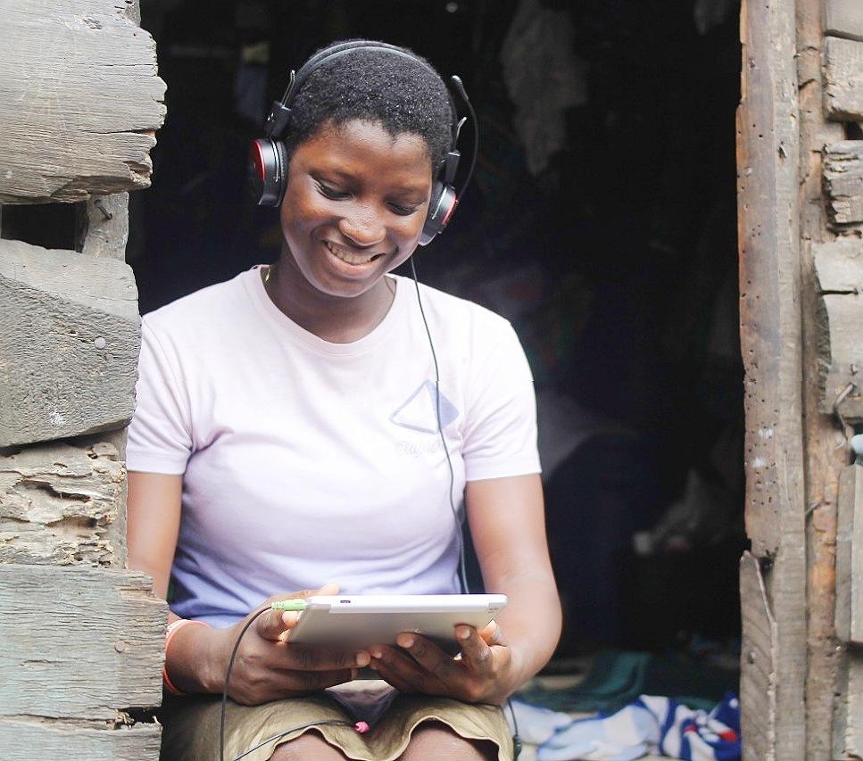 O fată din Nigeria se pregătește pentru clasele online