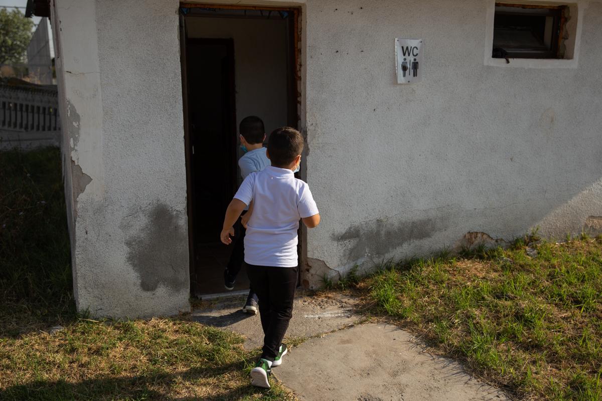 Școala din Bucinișu are toaleta în curte