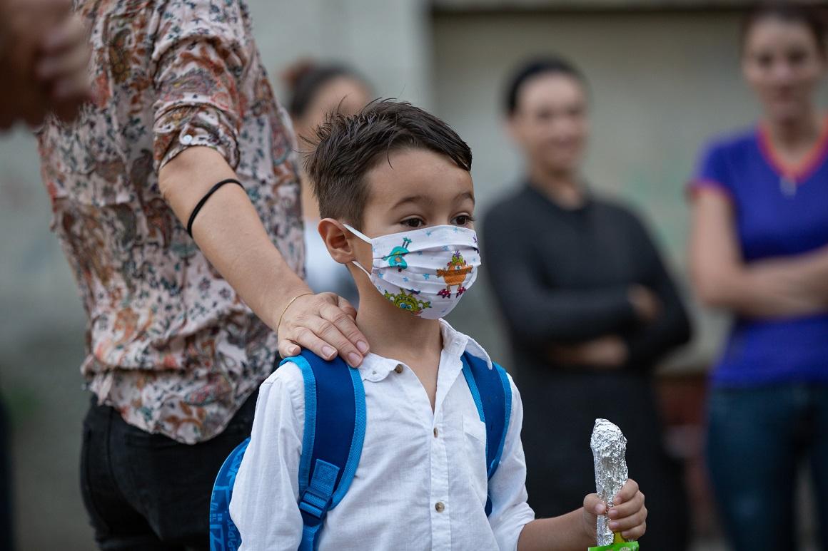 Un băiat cu mască în prima zi de școală, într-o școală bucureșteană