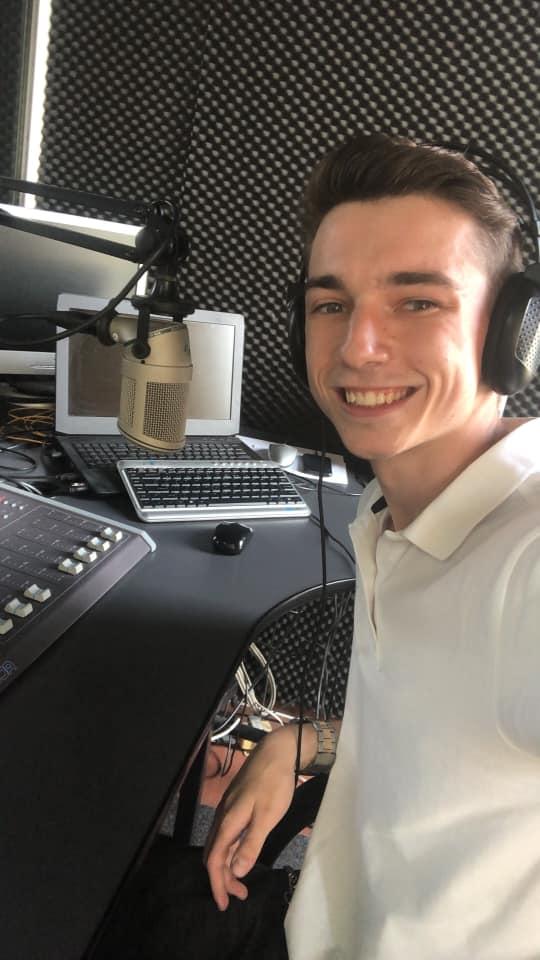 Andrei Grecu în fața microfonului de la radio